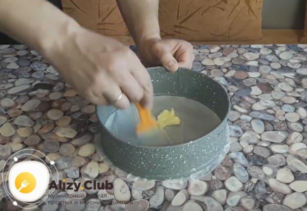 Дно разъемной формы для выпекания застилаем пергаментом, смазываем форму маслом.