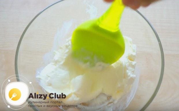Сыр маскарпоне смешиваем с сахаром и ванильным сахаром.