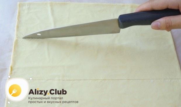раскатав слоеное тесто в ровный прямоугольник, визуально разделяем его на три одинаковые части.