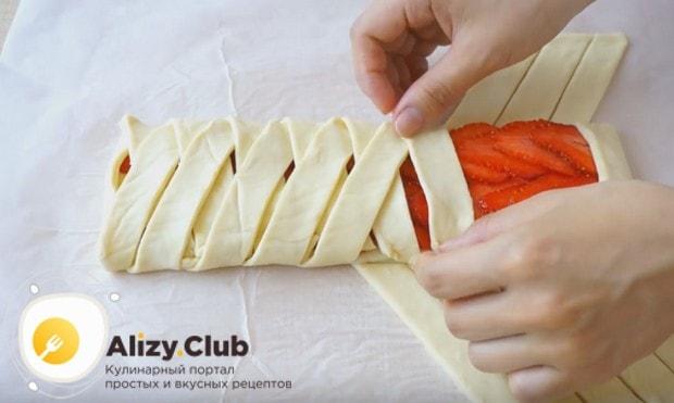 Посмотрите в нашем рецептес фото, как правильно формировать такой пирог с замороженной клубникой.