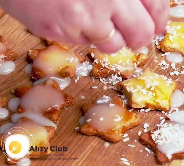 Когда декоративные звезды будут готовы, смажьте их сахарной глазурью
