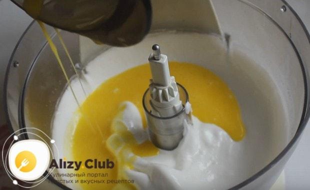 Аккуратно вводим желтки в белковую массу.