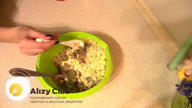 Для приготовления пирога с мойвой и картошкой в духовке посолите фарш