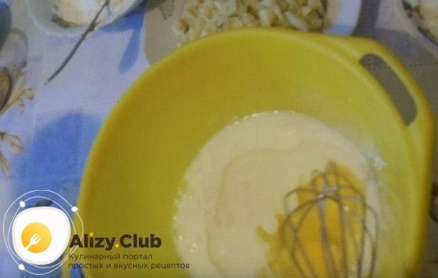 В тесто для рыбного пирога с сайрой и картошкой добавляем два яйца.