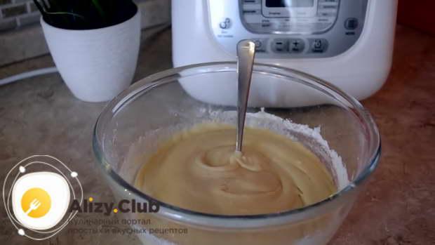 Подготовленную муку постепенно добавляем в яичную смесь