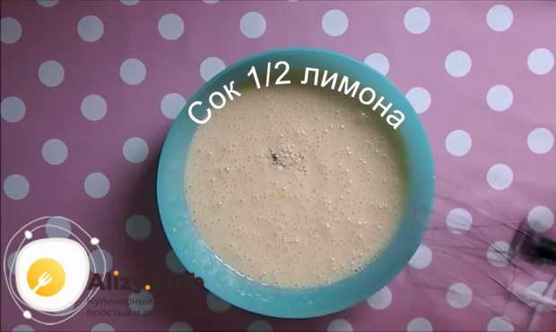 Из половины лимона выдавливаем сок и вливаем к желткам со сгущенкой