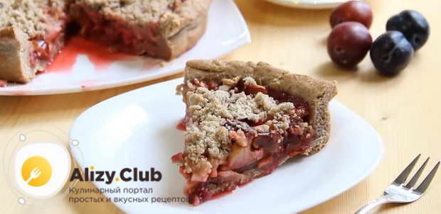 Готовый пирог со сливами подавайте к столу, переложив его на красивое блюдо