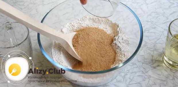 Готовим основу для пирога со сливами