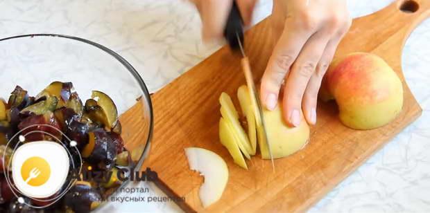 Яблоко вымойте, разрезав пополам