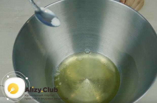 В белки добавляем щепотку соли.