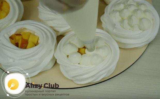 Поверх фруктов красиво выдавливаем в пирожные крем.