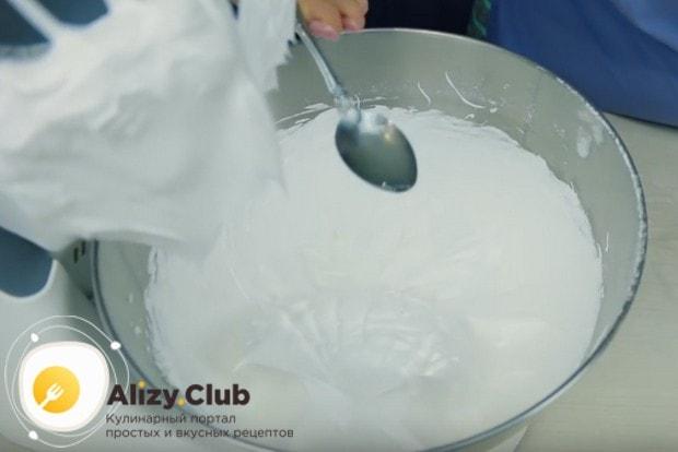 Когда белки будут взбиты до стойких пиков, добавляем в них каплю лимонного сока.