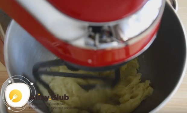Затем перекладываем тесто в чашу миксера или мисочку, даем ему немного остыть и перемешиваем еще раз.