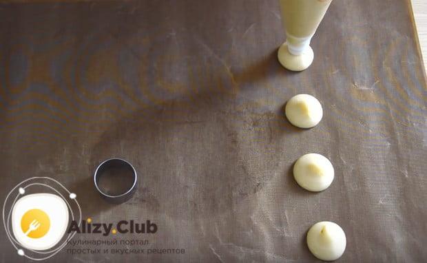 Заварное пирожное шу удобно отсаживать на противень при помощи кондитерского мешка.