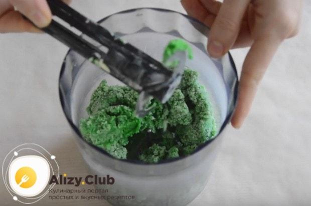 В блендере в крошку перебиваем муку с маслом, сахаром и пищевым красителем.