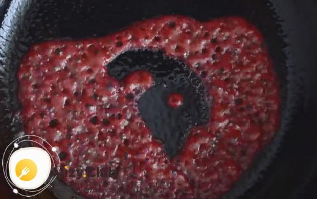Выливаем тесто на горячую сухую сковороду и ждем полного испарения жидкости.