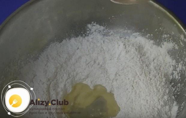 В муку добавляем растительное масло и воду.