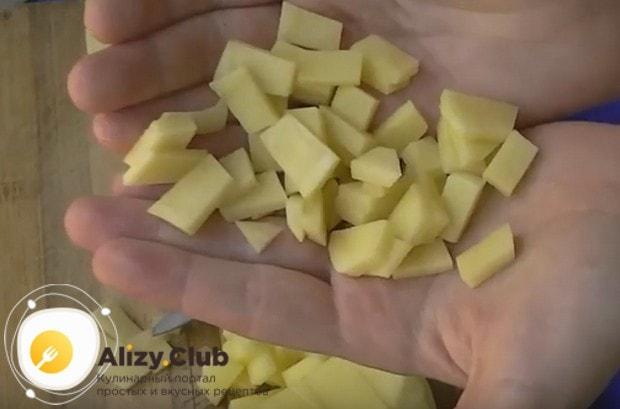 Нарезаем мелким кубиком картофель для начинки.