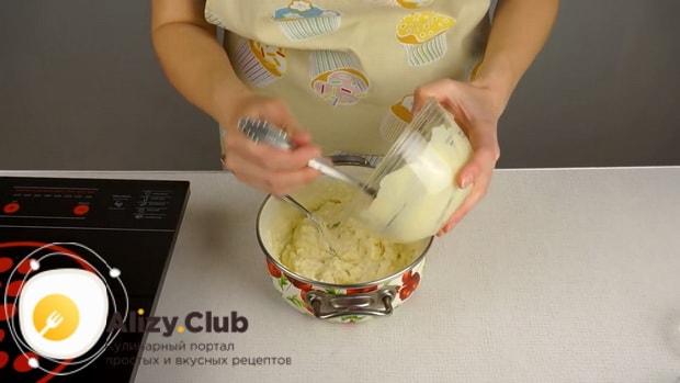 Для приготовления плавленного сыра из творога в домашних условиях растопите масло