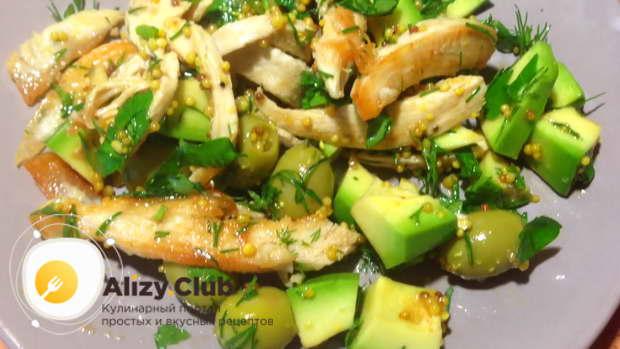 Видео рецепта салата из авокадо с курицей и редисом