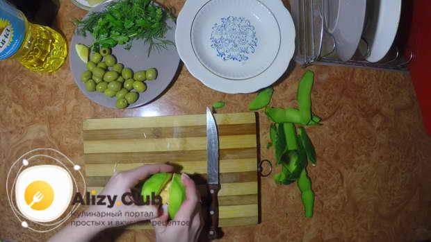 Авокадо чистим, осторожно разрезаем, извлекаем косточку