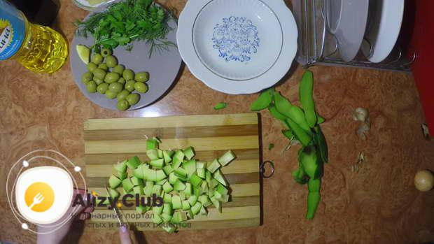 Нарезаем мякоть авокадо небольшими ломтиками
