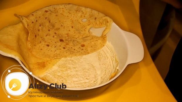 Для приготовления курника из блинов с курицей и грибами выложите блины в форму