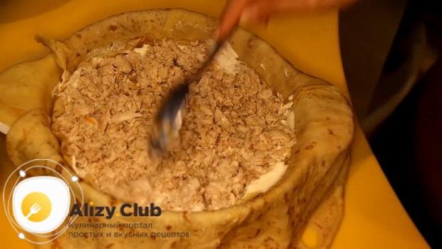 Для приготовления курника из блинов с курицей и грибами выложите начинку