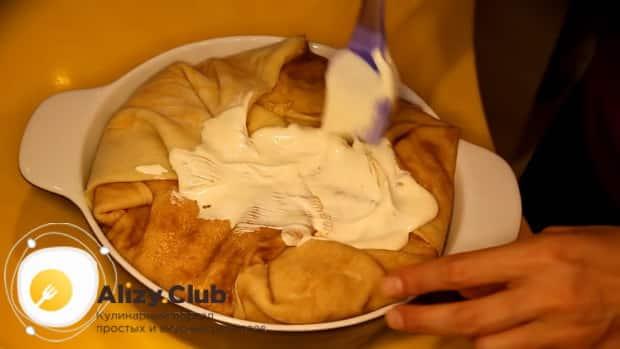 Для приготовления курника из блинов с курицей и грибами положите соус
