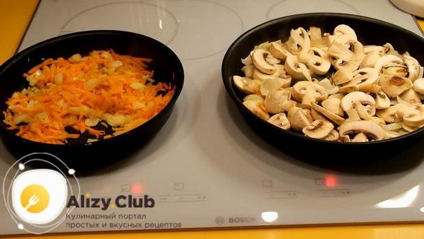 Для приготовления курника из блинов с курицей и грибами обжарьте ингредиенты