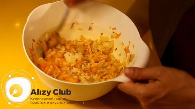 Для приготовления курника из блинов с курицей и грибами смешайте ингредиенты
