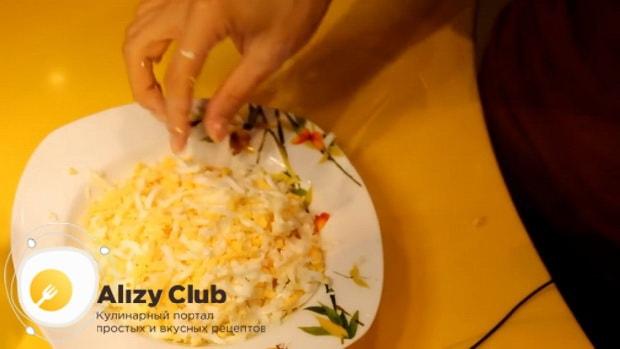 Для приготовления курника из блинов с курицей и грибами натрите яйца