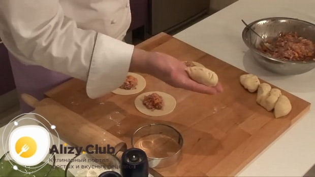 Для приготовления мантов по рецепту приготовления с картошкой и мясом, слепите изделие