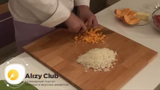 Для приготовления мантов по рецепту приготовления с картошкой и мясом, нарежьте овощи