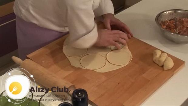 Для приготовления мантов по рецепту приготовления с картошкой и мясом, раскатайте тесто