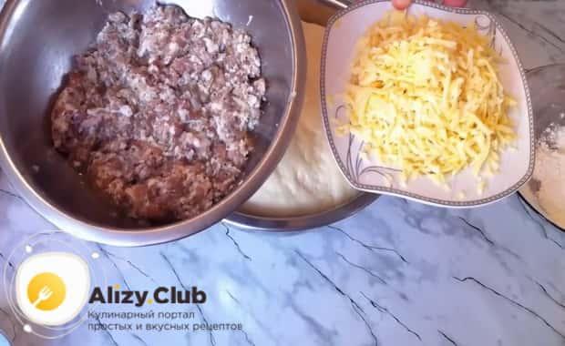 По пошаговому рецепту для приготовления пирога хризантема с фаршем натрите сыр