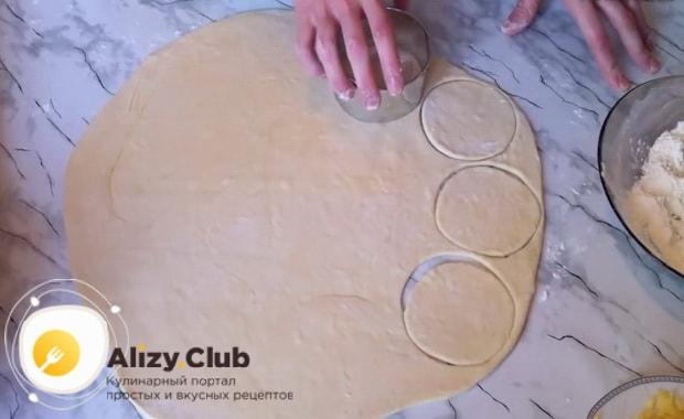По пошаговому рецепту для приготовления пирога хризантема с фаршем раскатайте тесто