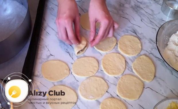 По пошаговому рецепту для приготовления пирога хризантема с фаршем подготовьте форму