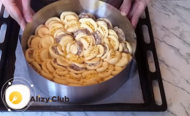 По пошаговому рецепту для приготовления пирога хризантема с фаршем смажьте пирог яйцом