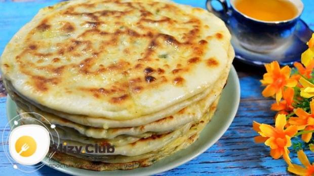 Для приготовления хычин с сыром и зеленью, подготовьте ингредиенты
