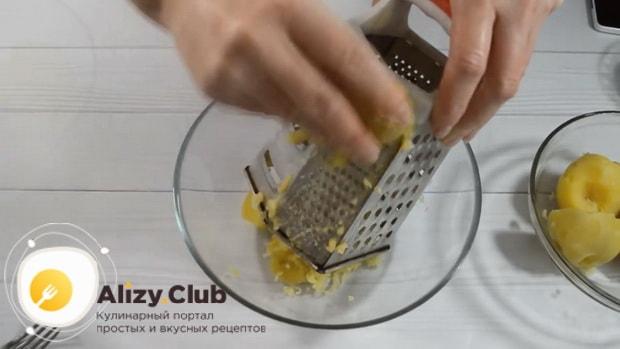 Для приготовления хычин с сыром и зеленью, натрите картофель