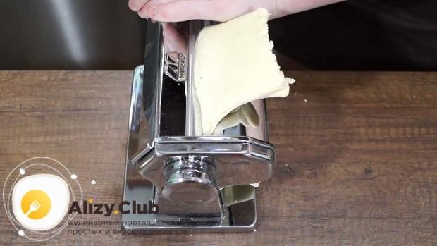 Для приготовления тонкого, хрустящего и сладкого хвороста. по рецепту. раскатайте тесто