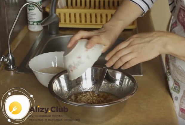 Затем вводим в жидкое тесто орехи и курагу.