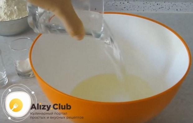 Смешиваем в миске кипяток и растительное масло.