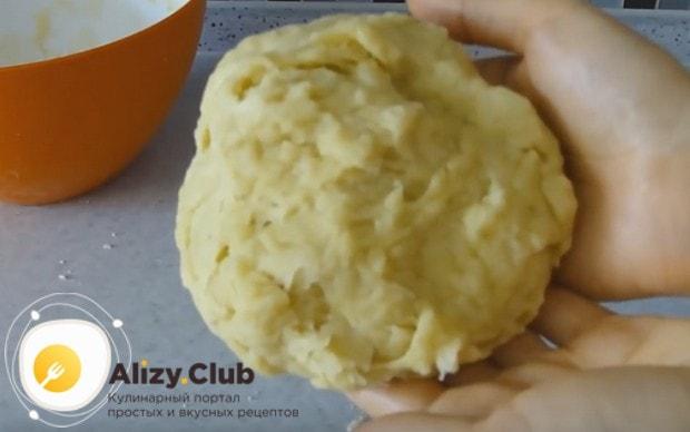 Замешиваем постное песочное тесто для пирога.