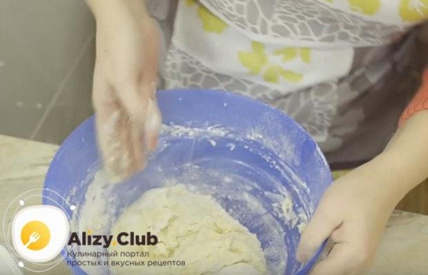 Замешиваем мягкое нетугое тесто.