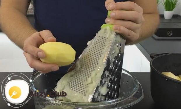 натираем на той же мелкой терке картошку.