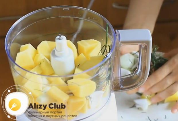 Очищенный картофель и лук режем кусочками и складываем в чашу блендера.
