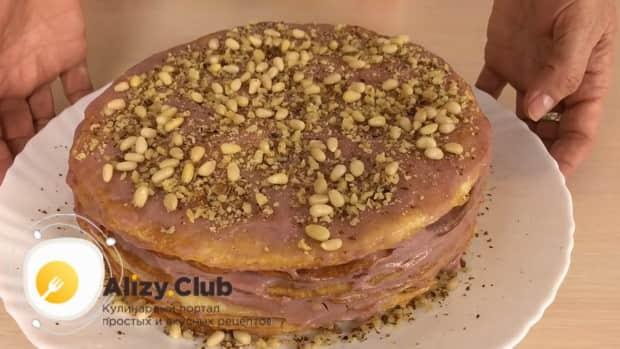 По рецепту для приготовления постного торта в домашних условиях. посыпьте торт крошкой