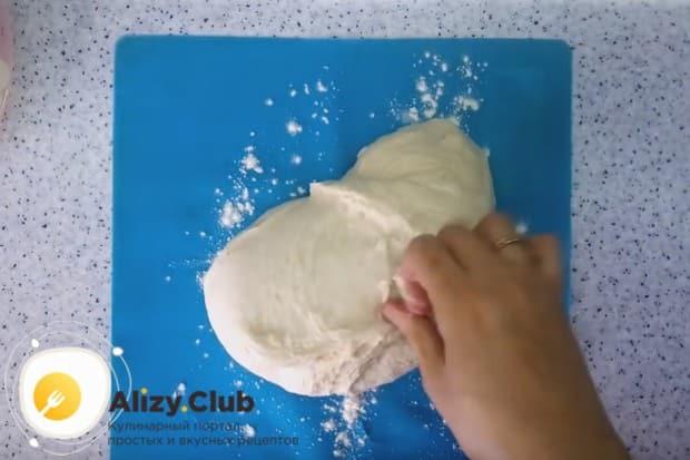 Сначала тесто можно перемешивать ложкой, а затем надо хорошо вымесить руками.